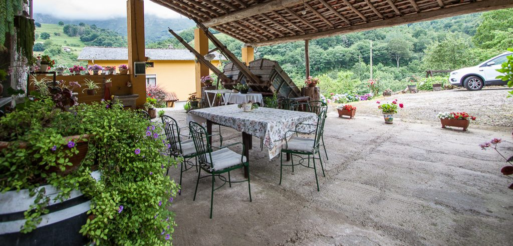 casa-rural-caserio-san-pedro-corredor-porche-exterior-1