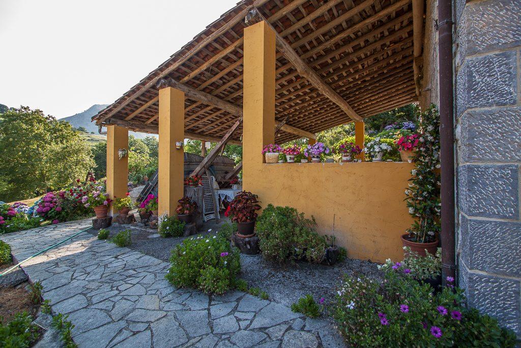 casa-rural-caserio-san-pedro-corredor-porche-exterior-1-2