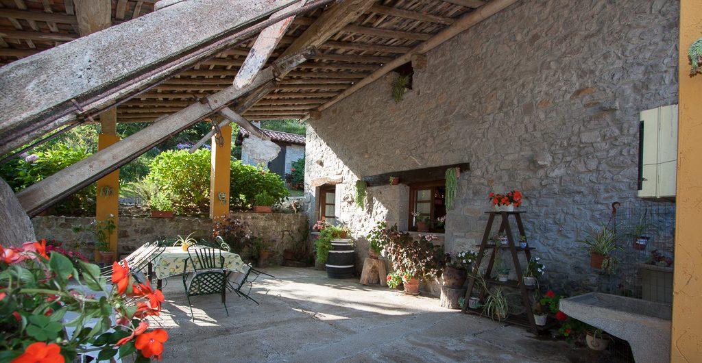 casa-rural-caserio-san-pedro-corredor-porche-exterior-2