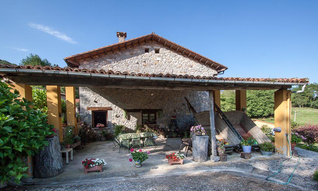casa-rural-caserio-san-pedro-corredor-porche-exterior-3