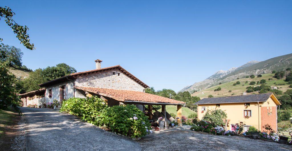casa-rural-caserio-san-pedro-corredor-porche-exterior-4