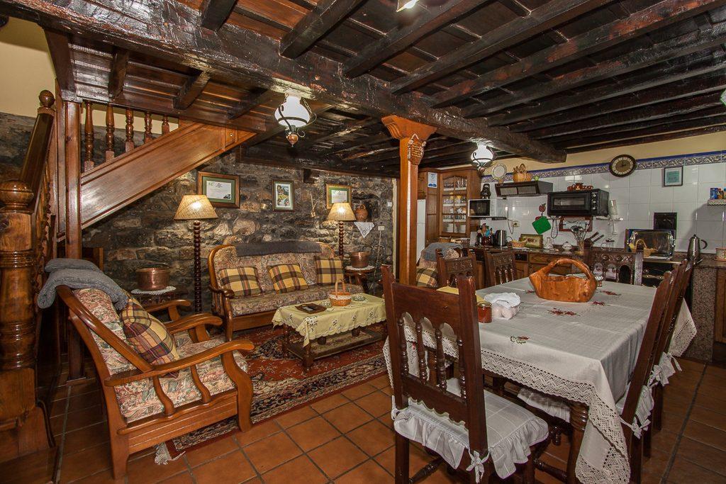 Vista de la planta baja, con la zona de cocina, salón y comedor