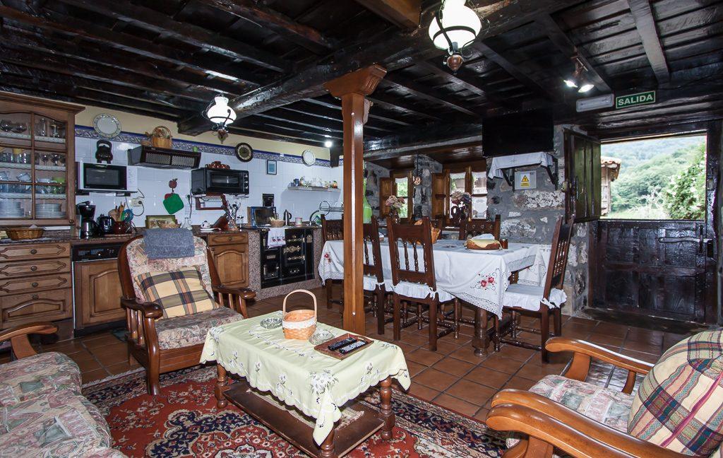 Vista del salón, cocina y mesa de comedor