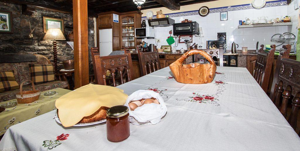 Mesa de comedor con detalle de bienvenida para nuestros huéspedes