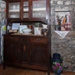 Armario con menaje en la entrada a la casa