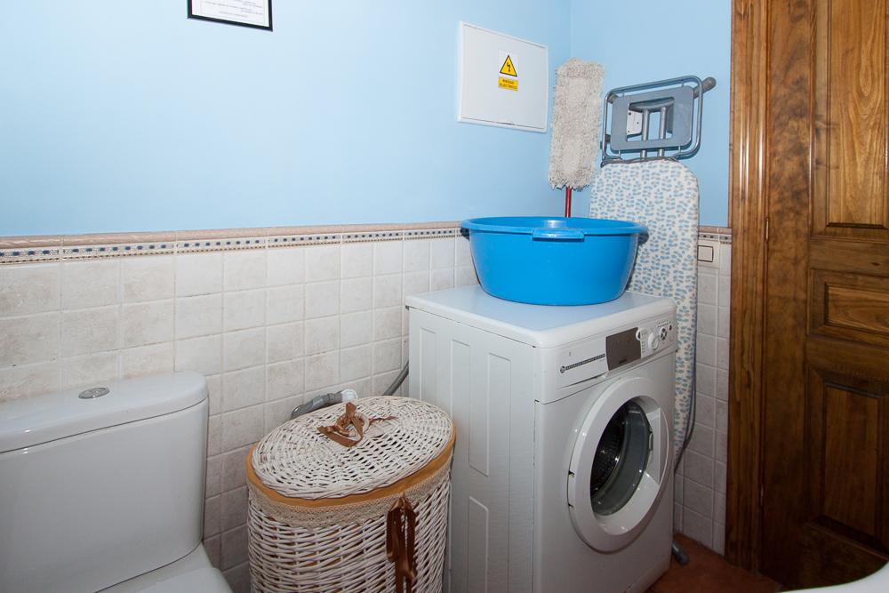 Baño de la planta baja, con lavadora